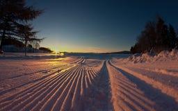 Skispur am Sonnenaufgang stockfotografie