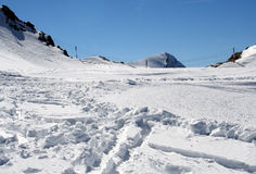 Skispuren im alpinen Schnee Lizenzfreies Stockbild