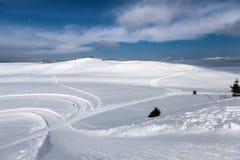 Skispuren im Schnee Lizenzfreie Stockfotos