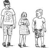 Skissa av det lilla syskonet som går för en gå Arkivbilder
