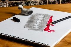 Skissa av en blodig rakkniv i kol och röd kulör blyertspenna arkivfoton