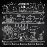Skissa av krukor, koppar, kaffemaskin i skåpet på svart tavla Arkivfoto