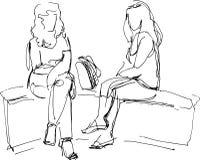 Skissa av två vänner som sitter på bänk Royaltyfri Bild