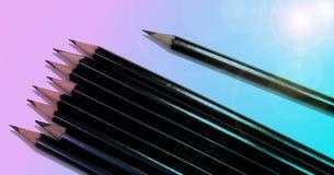 Skissa blyertspennor på pastellfärgad blå och rosa bakgrund arkivfoton