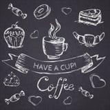 Skissa den sömlösa modellen med kaffe och sötsaker Vektorhand-attraktion Royaltyfria Foton