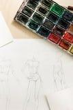 Skissar av modemodeller på skrivbordet Arkivfoton