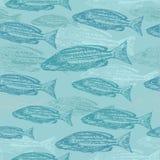 Skissar den sömlösa modellen för vektorn med av fisk på blå bakgrund Royaltyfri Fotografi