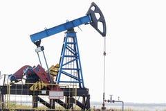 skissar den svarta oljeplattformen för bakgrund white industrioljepump russia Utrustning av oljeindustrin arkivfoto