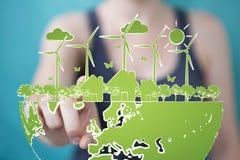 Skissar rörande och hållande förnybara energikällor för affärskvinnan Royaltyfri Fotografi