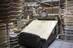 Skissningtabell och mallar i fabrik Fotografering för Bildbyråer