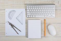 Skissningutrustning på det vita skrivbordet Royaltyfri Foto