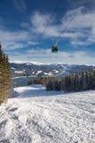 Skisteigung über dem See Stockbilder