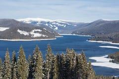 Skisteigung über dem See Stockfotografie