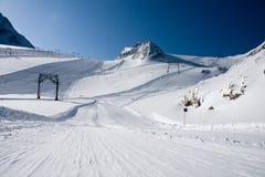 Skisteigung in den Alpen Stockbilder
