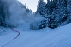 Skisteigung an der ersten Stunde des Morgens Lizenzfreies Stockfoto