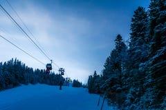 Skisteigung an der ersten Stunde des Morgens stockfotos