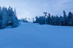 Skisteigung an der ersten Stunde des Morgens lizenzfreie stockfotografie