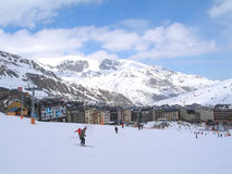 Skisteigung, die zu Stadt Pas de la Casa in Andorra führt Lizenzfreies Stockbild