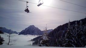 Skisteigung und -restaurant bei Tarvisio, Italien Stockfotos