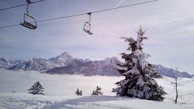 Skisteigung und -restaurant bei Tarvisio, Italien Stockbilder