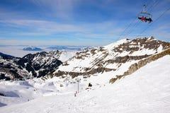 Skisteigungen der großen Höhe Stockfotos