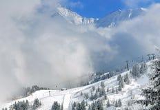 Skisteigungen unter Wolken stockbilder