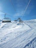 Skisteigungen vom Sessellift Lizenzfreie Stockfotos