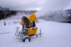 Skisteigungs-Schneemaschine Lizenzfreie Stockfotos