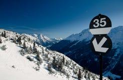 Skisteigungzeichen Stockfotos