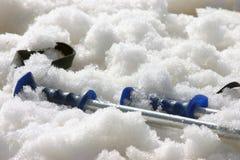 Skistokken in de Sneeuw royalty-vrije stock afbeelding
