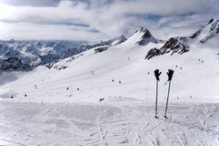 Skistokken, handschoenen en hellingen op Tiefenbach-gletsjer in Solden Stock Fotografie