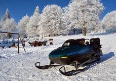 Skistrahl (Ski-doo) einen Mitfahrer wartend Stockfotografie