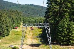 Skitoevlucht bij zomer in de Karpatische bergen stock afbeelding