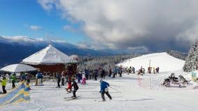 Skitoevlucht Bukovel, op de berg vóór de afdaling royalty-vrije stock afbeeldingen