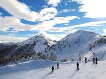 Skitoevlucht in de Alpen Stock Fotografie