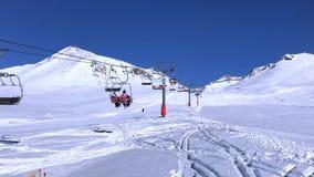 Skitoevlucht in de bergen van Georgië, Gudauri stock video