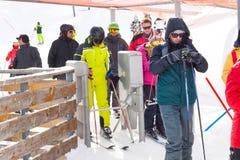 Skitoevlucht, mensen die skilift, Bansko, Bulgarije ingaan Royalty-vrije Stock Foto's