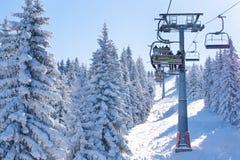 Skitoevlucht, mensen op de lift onder sneeuw witte pijnboombomen Royalty-vrije Stock Afbeelding