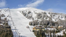 Skitoevlucht in Oostenrijkse Alpen stock videobeelden