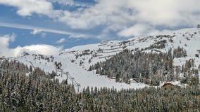 Skitoevlucht in Oostenrijkse Alpen stock footage