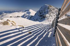 Skitoevlucht in Slowakije Hoge berg Tatras Piekchopok op zonnige dag Royalty-vrije Stock Afbeelding