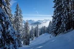 Skitour在奥伯斯特多夫附近的Allgaeu阿尔卑斯在一美好的蓝鸫天在冬天 免版税库存照片