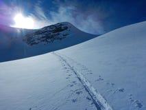 Skitouring em cumes nevado bonitos Foto de Stock