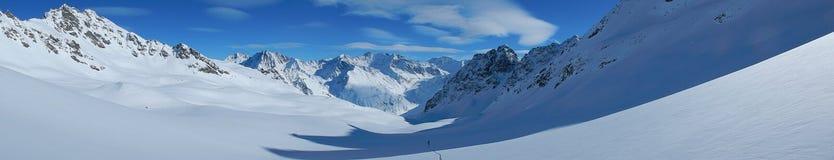 Skitouring em cumes nevado bonitos Imagem de Stock Royalty Free