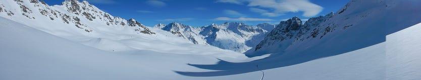 Skitouring em cumes nevado bonitos Fotos de Stock Royalty Free