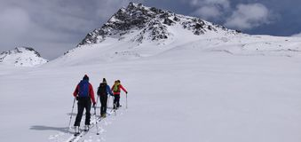 Skitouring i de schweiziska fjällängarna royaltyfria foton