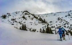Skitouring na montanha nos cumes imagem de stock royalty free