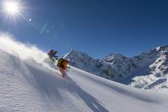Skitouring Pulverskifahren abwärts - Lizenzfreies Stockfoto