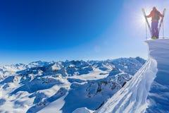 Skitouring z zadziwiającym widokiem szwajcarscy Alps obrazy royalty free