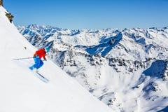 Skitouring z zadziwiającym widokiem szwajcarscy Alps obraz stock